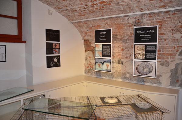 Moda/Izložbe - 'Nit ustvarja nakit' - susjedna izložba 'Čelada - krožnik'. Foto: VJB.
