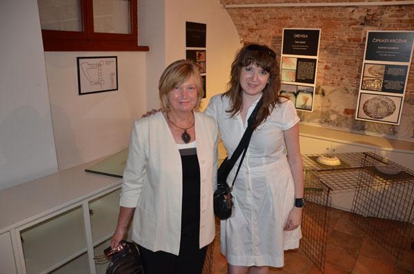 Moda/Izložbe - 'Nit ustvarja nakit' - autorica rukavice Vendi Jukić Buča sa svojom kekljaricom, gospođom Mirom Guzelj. Foto: Tamara Kmezić.