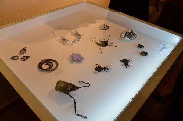 Moda/Izložbe - 'Nit ustvarja nakit' - vitrina s ostvarenjima studenata. Foto: VJB.