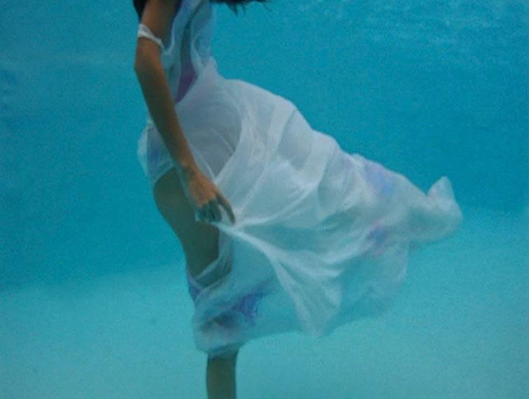 Marita Narobe - Snimak iz videa 'Telo v barvnem valovanju'. Ustupila: Marita Narobe.