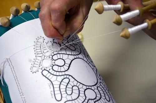 Klekljanje - izrada idrijske čipke. Foto: VJB.