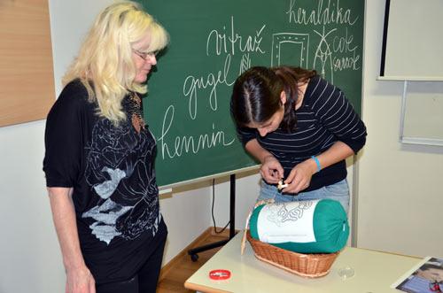 Klekljanje - izrada idrijske čipke. Andreja i 'njezina' klekljarica Milena Kalan, koja budno prati proces. Foto: VJB.