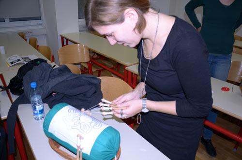 Klekljanje - izrada idrijske čipke. Marita u izrazitoj koncentraciji. Foto: VJB.