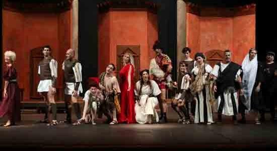 """[ 25/10/2014; ] Svojom prvom premijerom u sezoni, muzičkom komedijom """"Le fatiche di Pseudolus"""" / """"Pseudolusove muke"""" čija je premijerna izvedba na programu u subotu, 25. listopada 2014, ansambl Talijanske drame vraća se najvećem komediografu starorimske književnosti Titu Makciju Plautu, a time, kako je naglasila ravnateljica Talijanske drame Leonora Surian, i svojoj publici. Riječ je o predstavi u adaptaciji [...]"""