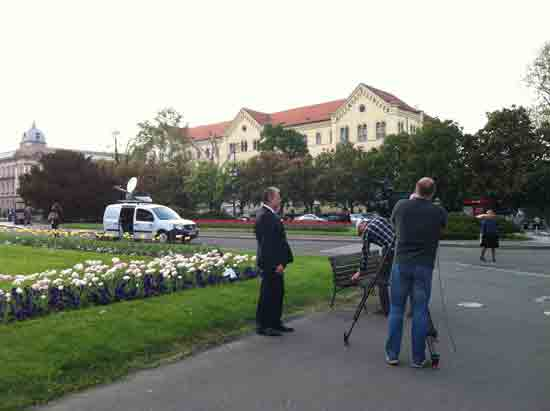 Berislav Šipuš pred TV snimateljem kod HNK-a prije zatvaranja MBZ-a ; Foto AJ