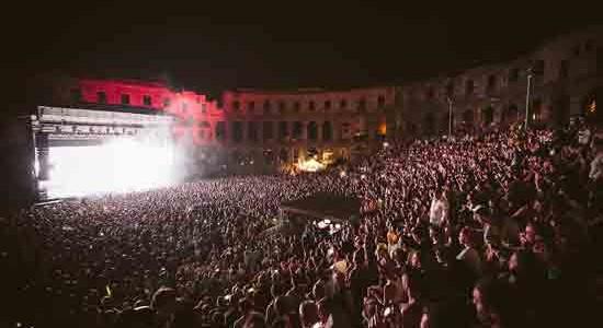 [ 25/08/2016 to 28/08/2016. ] Massive Attack rasprodali pulsku Arenu i hipnotizirali brojne posjetitelje Izvanredan običaj organizatora festivala Outlook i Dimensions da prije svakog izdanja organizira i koncert najave na otvorenoj pozornici spektakularne pulske Arene, sinoć je doživio svoj vrhunac – rasprodano gostovanje kultne britanske trip-hop skupine Massive Attack hipnotiziralo je i oduševilo do posljednjeg mjesta popunjenu Arenu. Ovo je ujedno [...]