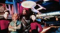 """""""Zvjezdane staze: S one strane"""" filmski je predvodnik franšize koja ove godine obilježava 50. obljetnicu. U svijetu se slavi raznim izložbama, koncertima, konvencijama, krstarenjima… ali najbolja inkarnacija Zvjezdanih staza nažalost nije dočekala proslavu. Riječ je o atrakciji """"Zvjezdane staze: Iskustvo"""" (""""Star Trek: The Experience""""), koja je od 1998. do 2010. godine bila smještena u Hilton [...]"""