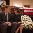Film se koncentrira na kratko dramatično razdoblje života Jackie Kennedy, od atentata na njenog supruga u Dallasu do svečanog sprovoda i interviewa koji je o tim događajima dala jednom novinaru, a odvija se u formi retrospektivnih prikaza sadržaja njenih odgovora. Mi ne upoznajemo Jackie prije nego je postala američka Prva dama niti kako je upoznala budućeg [...]